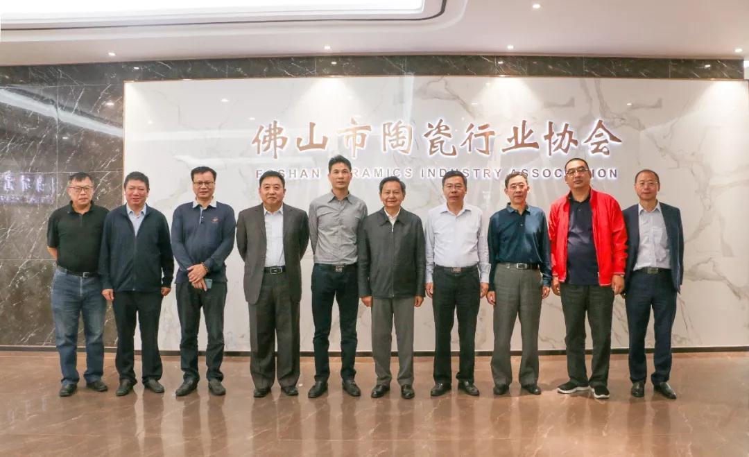中国轻工业联合会会长张崇和一行参观汉陶专题馆,称赞宏宇有大爱!